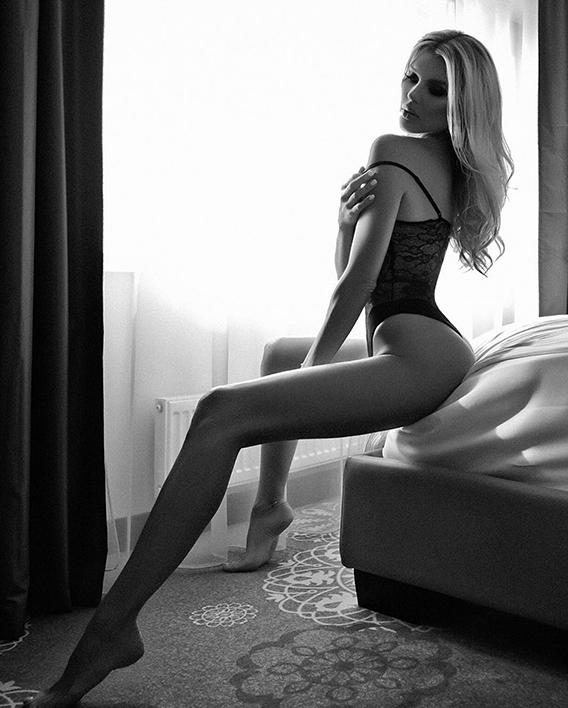 Kseniya-Sitting-bed-568